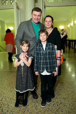 Михаил с женой и детьми