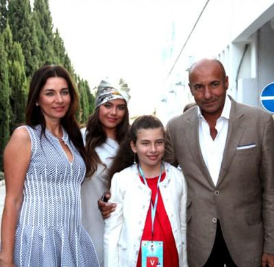 Игорь КРУТОЙ с женой Ольгой и дочками Викой и Сашей