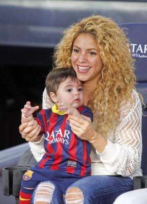 Шакира держит сына на матче в Барселоне