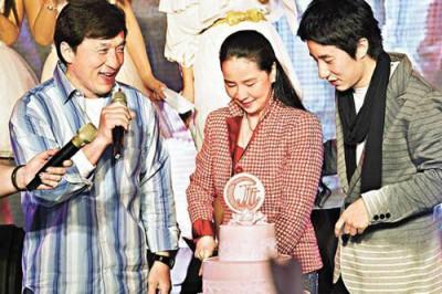 Джеки Чан с сыном поздравляют Линь с днем рождения