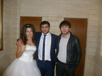 Певец с супругой и другом