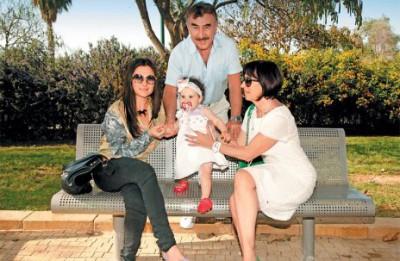 Леонид с семьей - женой, дочкой и внучкой