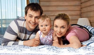 Татьяна Арнтгольц с бывшим мужем и дочерью