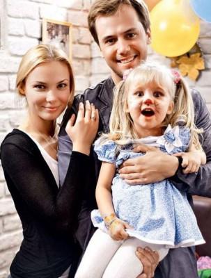 Иван Жидков с женой Татьяной Арнтгольц и дочкой