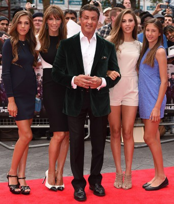 Сильвестр Сталллоне появился на красной ковровой дорожке в окружении жены Дженнифер Флавин и трех своих дочерей