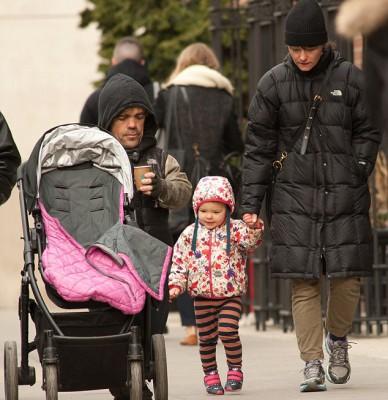 Питер Динклэйдж с женой и ребенком