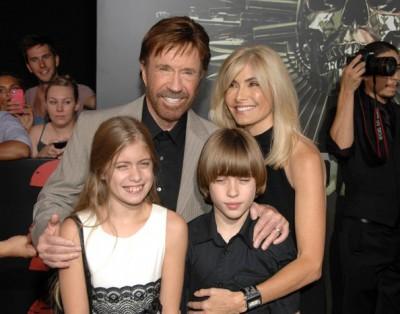 Чак с женой и детьми