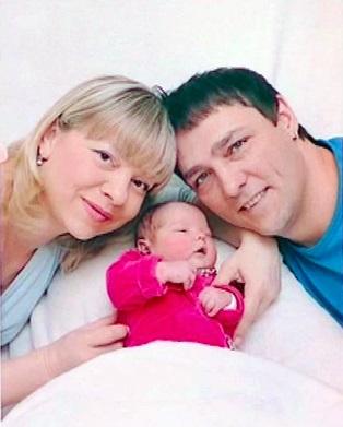 Юра с женой и дочкой