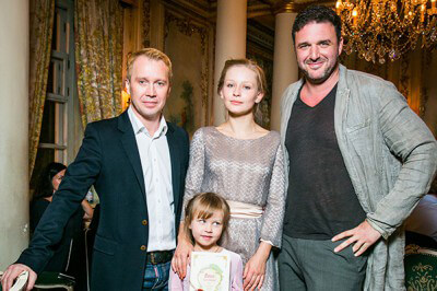 Юлия с дочкой и коллегами