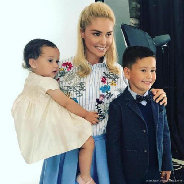 Агата Муцениеце с детьми