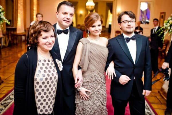 Леонид Парфенов с женой Еленой Чекаловой, дочерью Марией и сыном Иваном