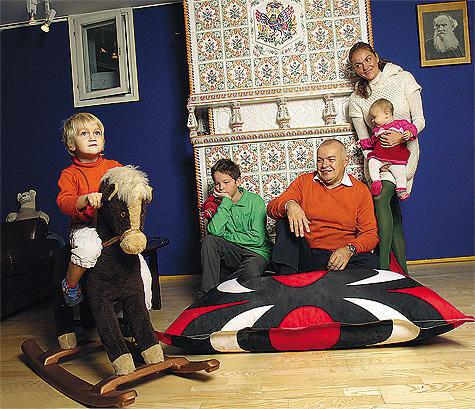 Дмитрий Киселев с женой и детьми