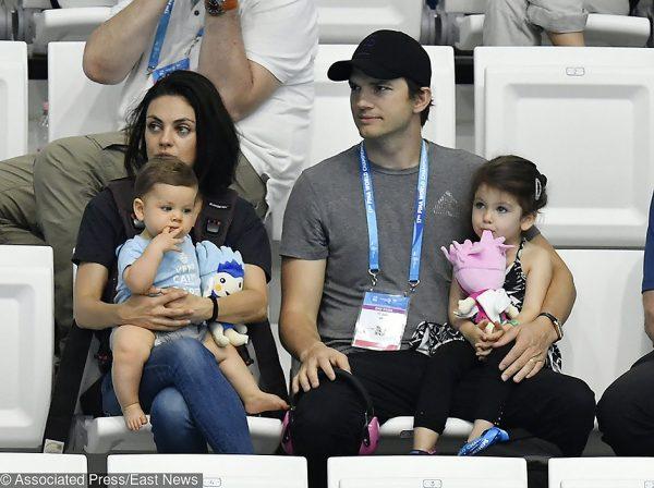 Эштон и Мила с детьми