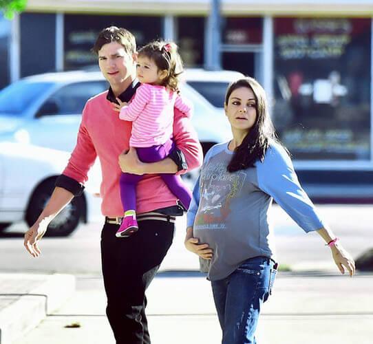 Эштон и Мила с дочкой