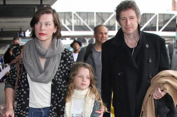 Мила с мужем и дочкой