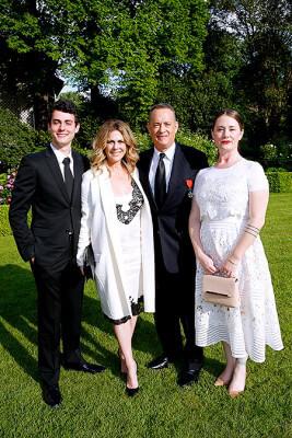 Том с женой и детьми