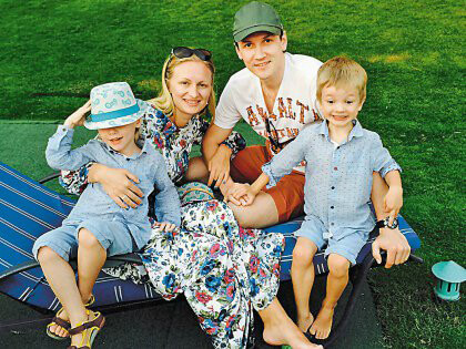 Вячеслав с супругой и детьми